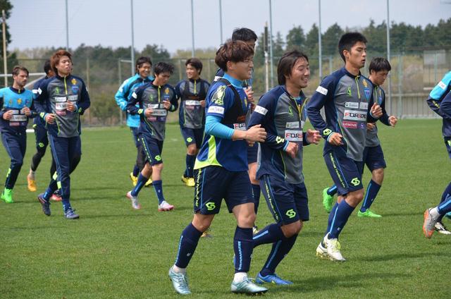 Tuấn Anh (giày xám - đỏ) nén đau trong các buổi tập tại Yokohama FC (Ảnh: Fanpage Yokohama FC)