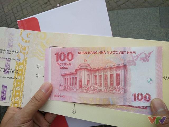 Mặt sau của tờ tiền lưu niệm 100 đồng.