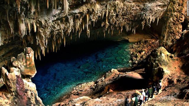 Hang Gruta do Lago Azul được cấu tạo bởi rất nhiều măng đá và nhũ đá nhưng ấn tượng nhất là màu xanh sâu thẳm của nước. Hang động là nơi chứa vô vàn kho báu từ thời tiền sử. Năm 1992, một đoàn thám hiểm Pháp - Brazil đã phát hiện hàng ngàn xương động vật thời tiền sử bao gồm hổ nanh kiếm và con lười khổng lồ ở đây.