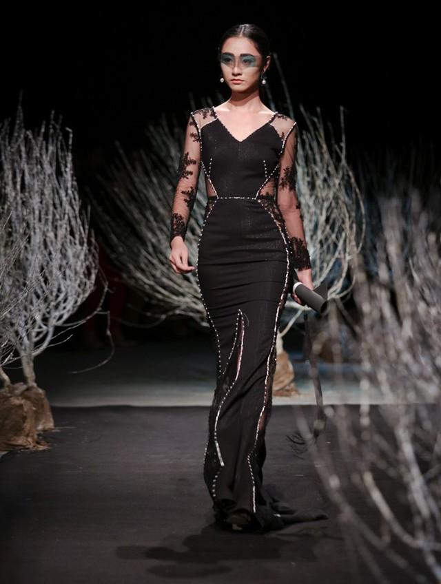 Sợi dây xuyên suốt bộ sưu tập chính là những đường gân được Hà Duy sắp xếp khéo léo trên váy áo, khiến trang phục thêm bắt mắt.