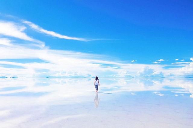 Với diện tích 4086 dặm, Salar de Uyuni ở phía Tây Nam là một mặt nước muối rộng nhất thế giới, được hình thành từ quá trình biến đổi chất giữa các hồ trong quá khứ. Phong cảnh tạo ra những ảo giác rằng bạn đang đi trên mặt nước, tạo ra nhiều cơ hội cho bạn lưu giữ những bức hình đẹp.