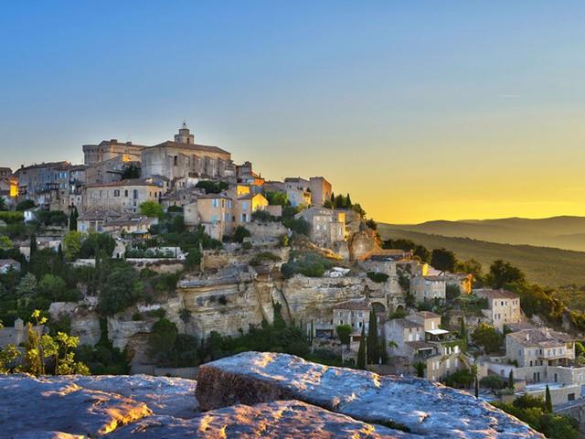 Được xây dựng dưới chân dãy núi Vaucluse ở Pháp, làng Gordes là điểm đến ưa thích của các ngôi sao thế giới với cảnh quan ấn tượng. Bạn có thể tản bộ trên những con đường lát sỏi hoặc đến Abbey Sénanque, nơi bạn có thể nhìn thấy mật ong, nước hoa mùi oải hương, và rượu được sản xuất.