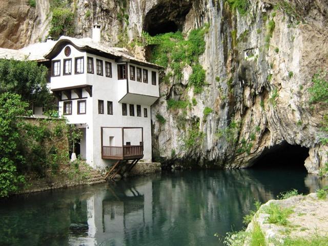 Ngôi nhà gần mặt nước tại Blagaj và dựa vào vách đá thẳng đứng là một ngôi nhà tuyệt vời, gắn liền với thiên nhiên.