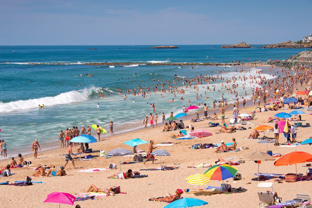 Biarritz, Pháp: Luôn là điểm đến ưa thích của du khách trong nước và quốc tế vào mùa hè với khung cảnh thanh bình, khí hậu dễ chịu, nhiều hoạt động giải trí như câu cá, chèo thuyền, lướt ván và thêm 2 sòng bạc lớn gần đó.