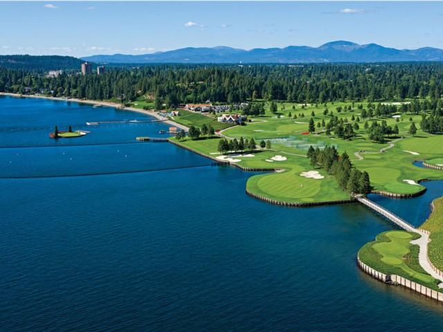 Sân golf Coeur dAlene Resort ở Coeur dAlene, Idaho nổi bật với thảm cỏ xanh mướt. Sân golf cách khoảng một dặm từ khu nghỉ mát, du khách có thể di chuyển bằng thuyền từ resort đến sân golf.