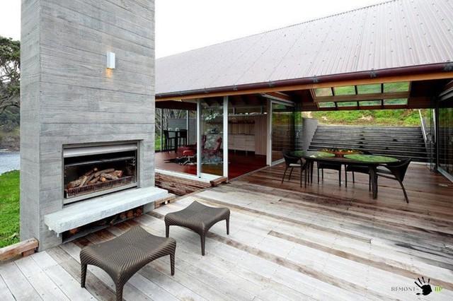 Ngoại trừ phần mái và một phần phòng ngủ bằng gỗ, còn lại các phòng trong căn nhà đều được ngăn cách bằng kính. Các cửa trượt cũng bằng kính.