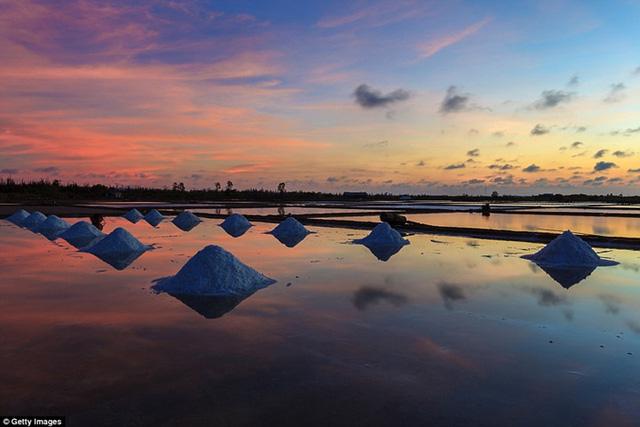 Ở Việt Nam, ngắm hoàng hôn trên những cánh đồng muối thực sự là một trải nghiệm thú vị. Việt Nam sản xuất khoảng 700.000 tấn muối mỗi năm. Khi mặt trời lặn, không còn bóng dáng của các công nhân, khung cảnh hoàng hôn trở nên tĩnh lặng, êm đềm.