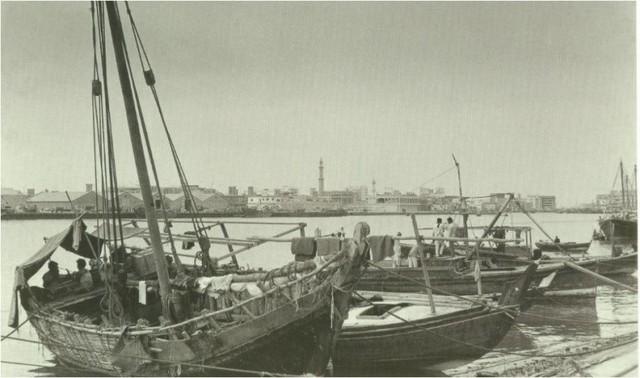 Một góc vịnh của thành phố, chủ yếu là những chiếc tàu gỗ đơn sơ.