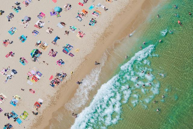 Trong nhiều bức ảnh của tôi, Sydney có rất ít ô dù trên bãi biển, trong khi các bãi biển ở Italy, ô được trải dài vô tận, Malin nói. Ngoài ra, khoảng cách giữa các nhóm người nằm trên bãi biển rất khác nhau tùy thuộc vào văn hóa hoặc khu vực.