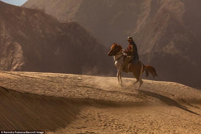 Một người đàn ông cưỡi ngựa trên cuộc hành trình của mình.