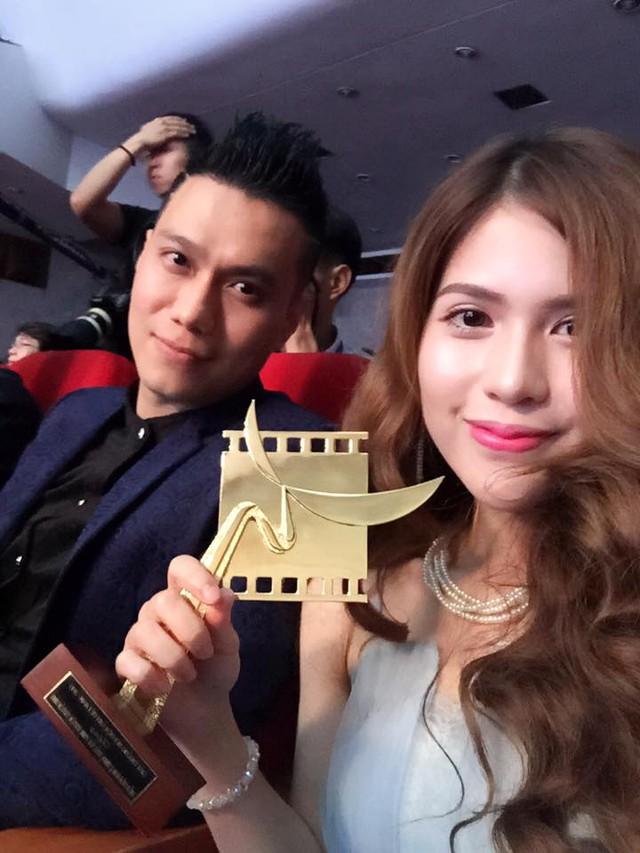 Diễn viên Việt Anh và bạn gái khoe chiếc cúp nhận được tại giải Cánh diều.