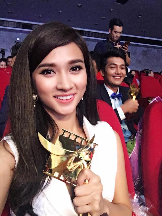 Kim Tuyến khoe chiếc cúp cho giải thưởng Nữ diễn viên phụ xuất sắc trong hạng mục Phim truyện truyền hình tại giải Cánh diều 2015.