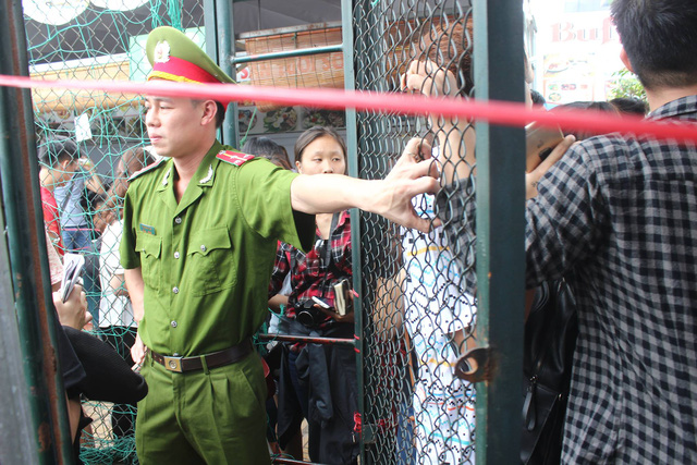 Hội chợ container diễn ra đến 10h trưa thì lực lượng chức năng phong tỏa cổng, không cho người dân vào mua sắm