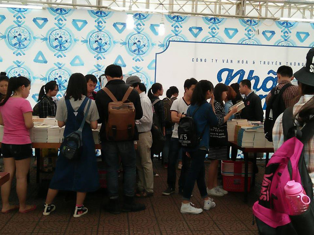 Hội sách tháng 4 - nằm trong chuỗi hoạt động chào mừng Ngày sách Việt Nam lần thứ 3 thu hút hàng trăm độc giả yêu sách.