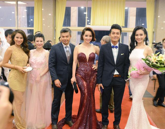 Các diễn viên Vân Anh, Kim Oanh, Lâm Vissay, Mai Thu Huyền, Quang Tuấn và ca sĩ Ái Phương trên thảm đỏ.