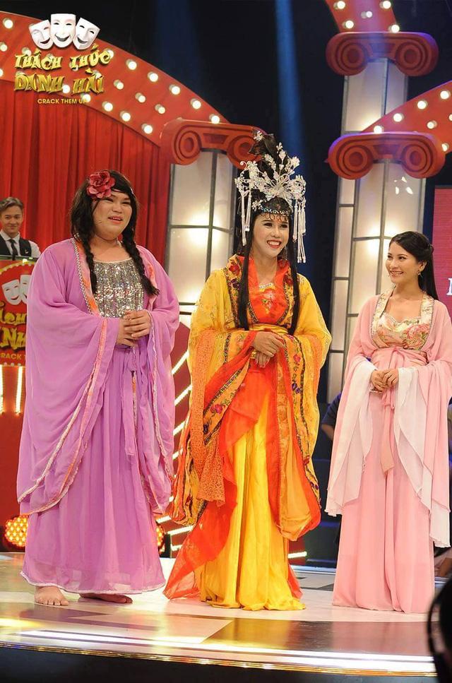 Trần Vũ Phương (giữa) tham gia chương trình Thách thức danh hài
