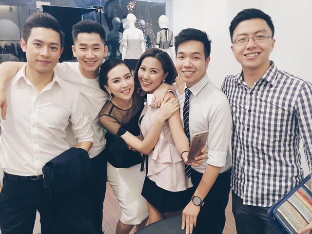 Trên Facebook của mình, MC Tuần Hải của chương trình Café sáng với VTV3 (thứ hai từ trái qua) đã chia sẻ bức ảnh chụp tại sự kiện do MC Mai Ngọc tổ chức.