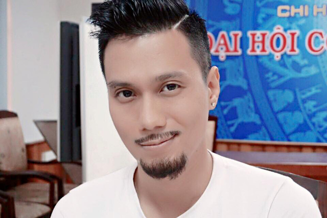Diễn viên Việt Anh đăng ảnh để râu kèm theo lời than vãn: Sau một tuần đánh đập vùi dập cả ngày lẫn đêm với nhiệt độ ngoài trời có lúc lên tới 40 độ với Cảnh sát hình sự - Người Phán Xử. Không nhận ra mình, chưa bao giờ để râu dài thế này.