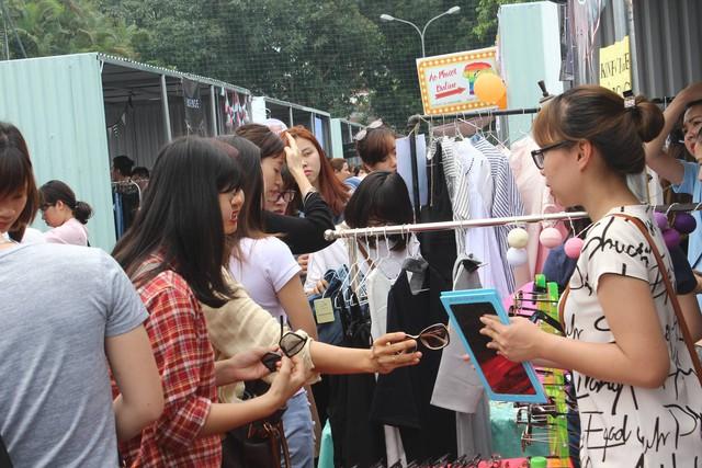 Trước đó, rất đông người đã được vào mua sắm trong hội chợ
