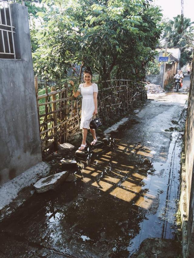 Diễn viên Diệu Hương đăng ảnh đi bộ trên con đường đến trường ngày xưa.