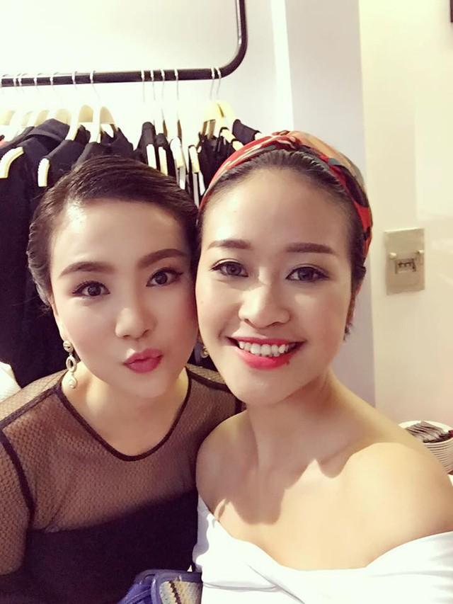 Trên Facebook cá nhân, Phí Linh chia sẻ bức ảnh selfie cùng Mai Ngọc. Cả hai là những người bạn thân thiết ngoài đời.