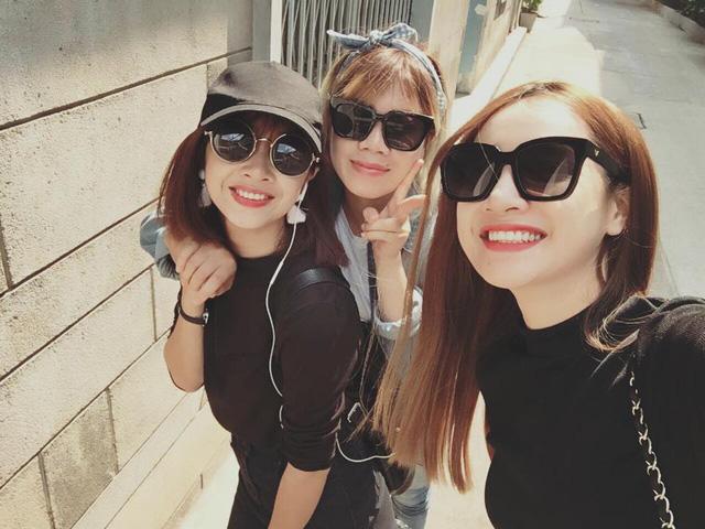 Nhã Phương đi chơi cùng bạn và em gái