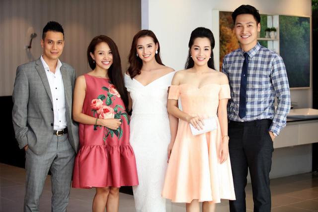 Diễn viên Việt Anh, MC Thanh Vân Hugo, diễn viên Minh Hương và Mạnh Trường đến chúc mừng Lã Thanh Huyền khai trương cơ sở kinh doanh.