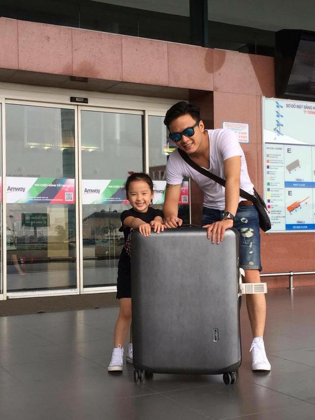 Diễn viên Hồng Đăng chụp ảnh cùng bé Nhím - cô con gái đáng yêu của anh.