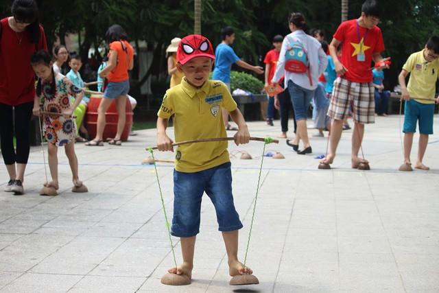 Nhiều trò chơi dân gian của các nước Đông Nam Á được tổ chức khiến các em nhỏ vô cùng thích thú