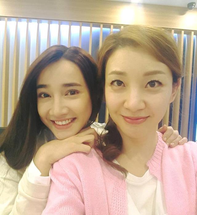 Nhã Phương chụp ảnh cùng với hai diễn viên đóng vai bố mẹ của Junsu trong Tuổi thanh xuân.