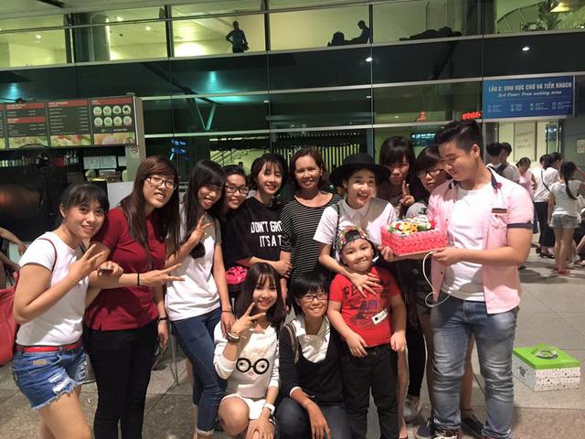 Nhã Phương tại sân bay cùng mẹ, em gái và các fan