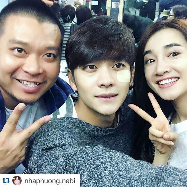 Kang Tae Oh chụp ảnh cùng Nhã Phương cũng như với nhân viên Việt Nam trong đoàn làm phim.