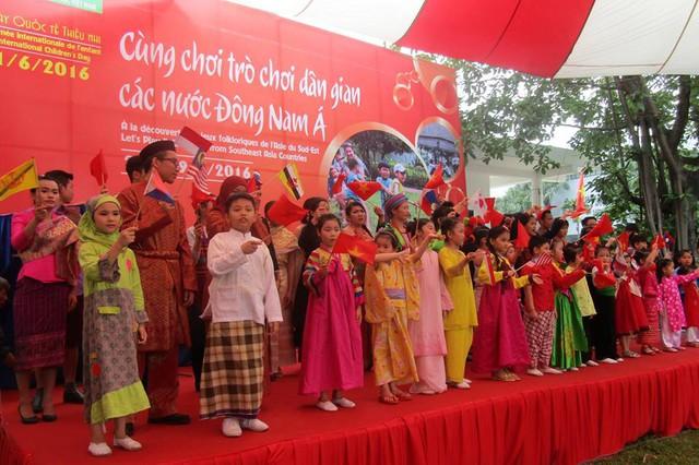 Các em nhỏ sẽ được trải nghiệm và tìm hiểu văn hóa các nước Đông Nam Á qua các bộ trang phục truyền thống