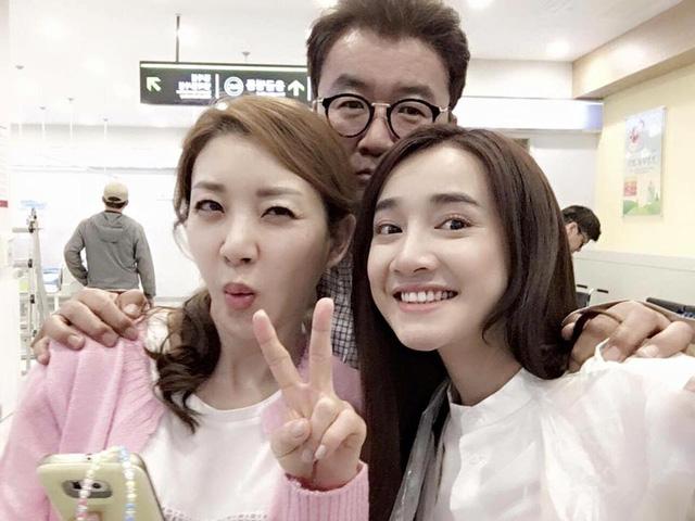Nhã Phương chụp ảnh cùng với hai diễn viên đóng vai bố mẹ Junsu (Kang Tae Oh).