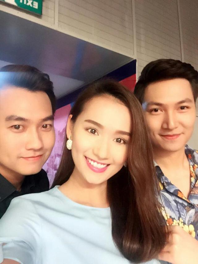 Bộ ba diễn viên của phim Zippo, Mù tạt và Em - Phạm Anh Tuấn, Lã Thanh Huyền và Mạnh Trường chụp ảnh cùng nhau khi tham gia chương trình Bữa trưa vui vẻ.