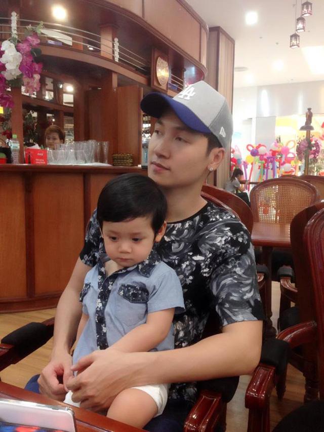 Nam diễn viên Mạnh Trường mặc áo tông xuyệt tông với con trai.