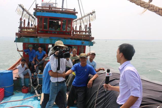 Muốn khung hình không xô lệch khi tác nghiệp trên biển thì các quay phim cần phải có sự giúp sức của một cánh tay vững chãi như thế này