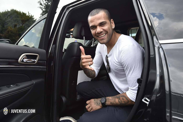 Alves rạng rỡ sau khi đặt chân tới Turin