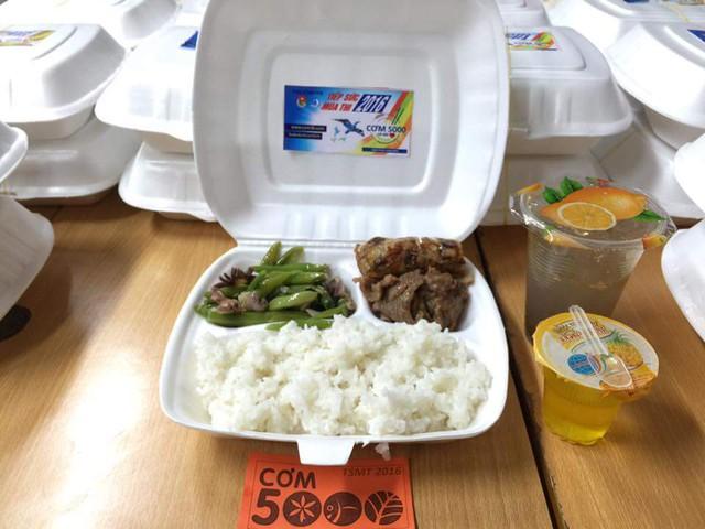 Một suất cơm đến tay thí sinh đầy đủ dinh dưỡng với các món mặn, rau, canh và tráng miệng