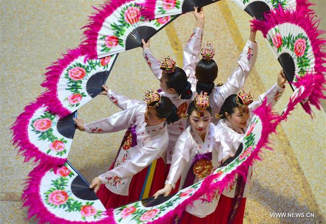 Một nhóm múa người Hàn Quốc trình diễn tại bảo tảng Metropolitan ở thành phố New York