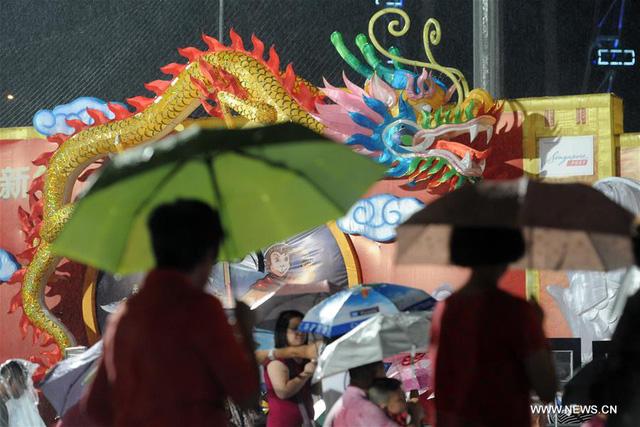 Người dân Singapore đội mưa ra đường tham dự các sự kiện mừng năm mới