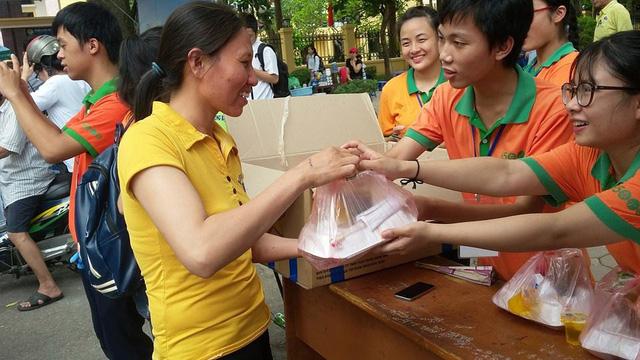 Đồng hành cùng các sĩ tử đã 3 năm, Cơm 5000 Hà Nội luôn hỗ trợ những bữa ăn đầy đủ chất cho các thí sinh và người nhà