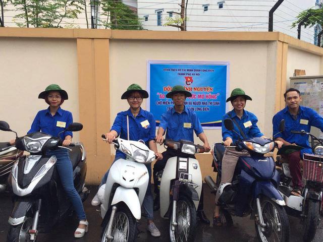 Đội tình nguyện Áo xanh chờ ước mơ hồng sẵn sàng hỗ trợ thí sinh và người nhà