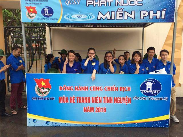 Màu xanh tình nguyện phủ kín mọi điểm thi, hỗ trợ cho thí sinh và người nhà