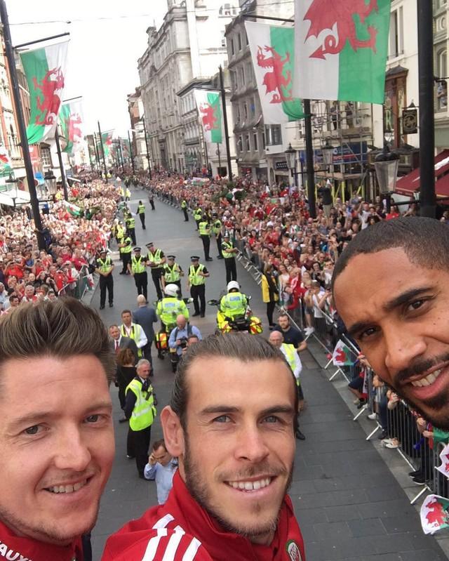 Gareth Bale chụp ảnh selfie từ bus trong lễ mừng công của ĐT Xứ Wales