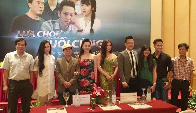 Ê-kíp làm phim Lựa chọn cuối cùng trong buổi họp báo chiều 1/7 tại Hà Nội