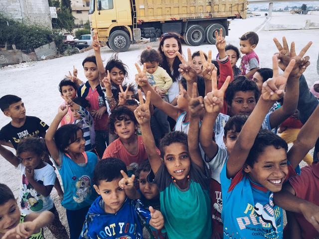 Nhà báo Lê Bình chụp ảnh cùng các em nhỏ người Syria.
