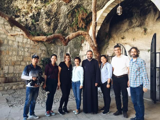 Đoàn làm phim chụp ảnh cùng các nhân vật tại Homs, Syria.