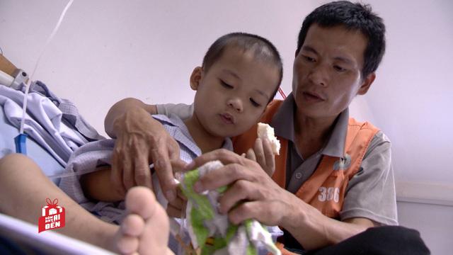 Anh Tài, chồng chị Tâm đang chăm sóc con trong một lần đi bệnh viện chuyền máu.