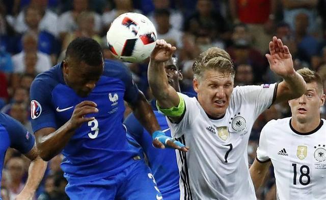 Tình huống Schweinsteiger để bóng chạm tay trong vòng cấm. Ảnh: Getty